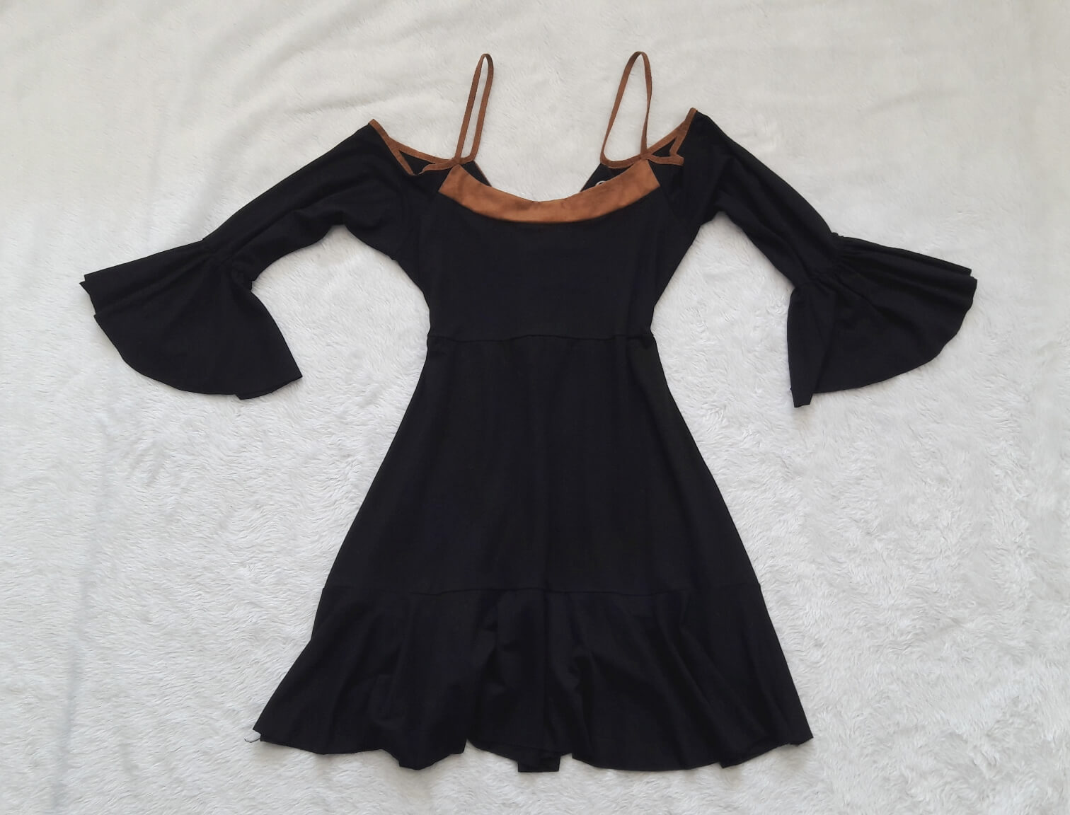 vestido-preto-mangas-flare